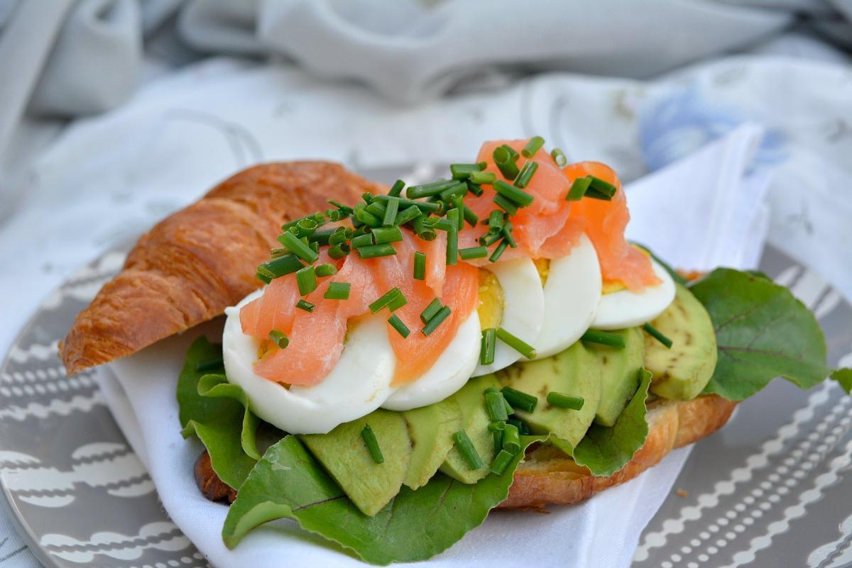kanapka z awokado, jajkiem i łososiem