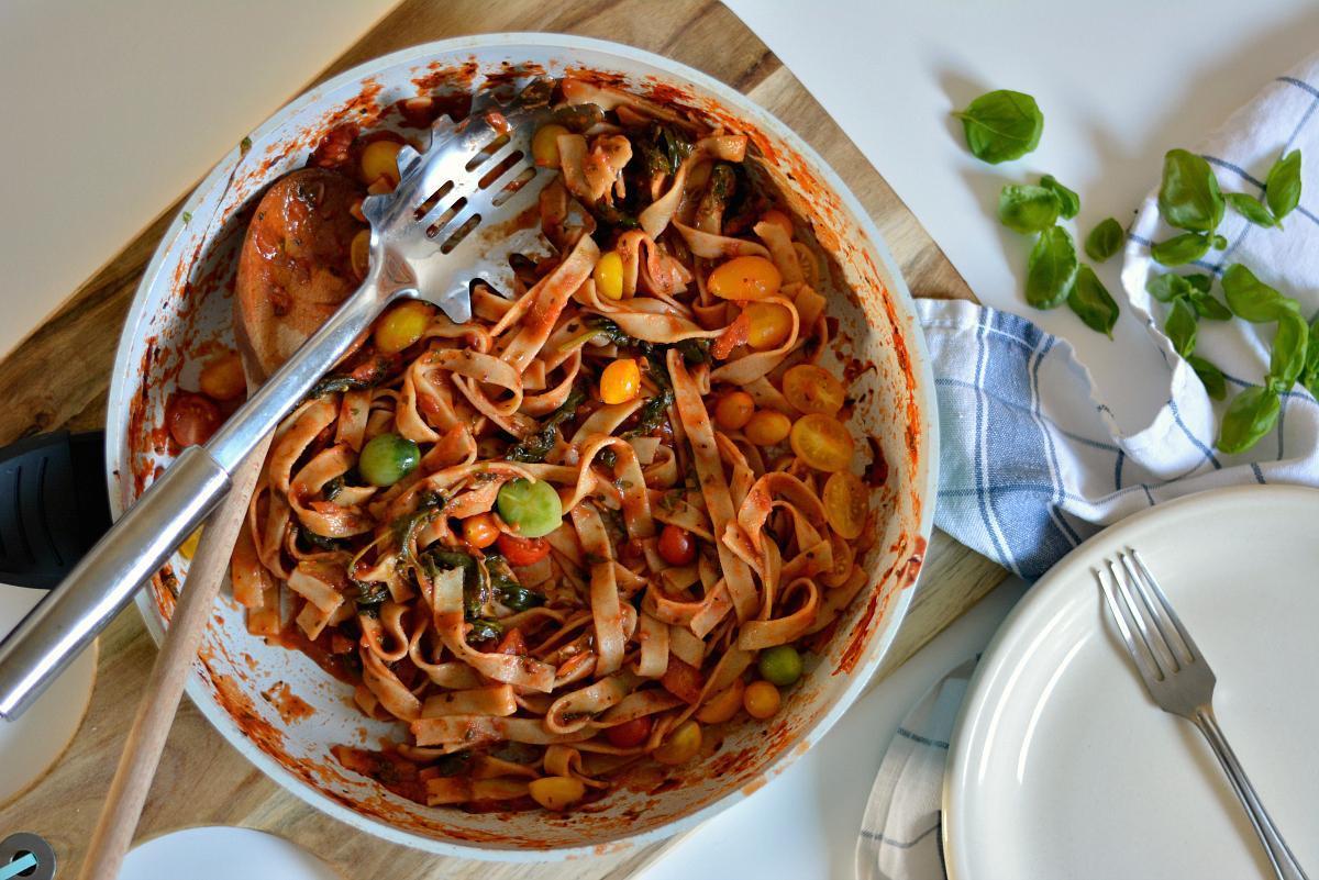 makaron z pomidorami szpinakiem i bazylią