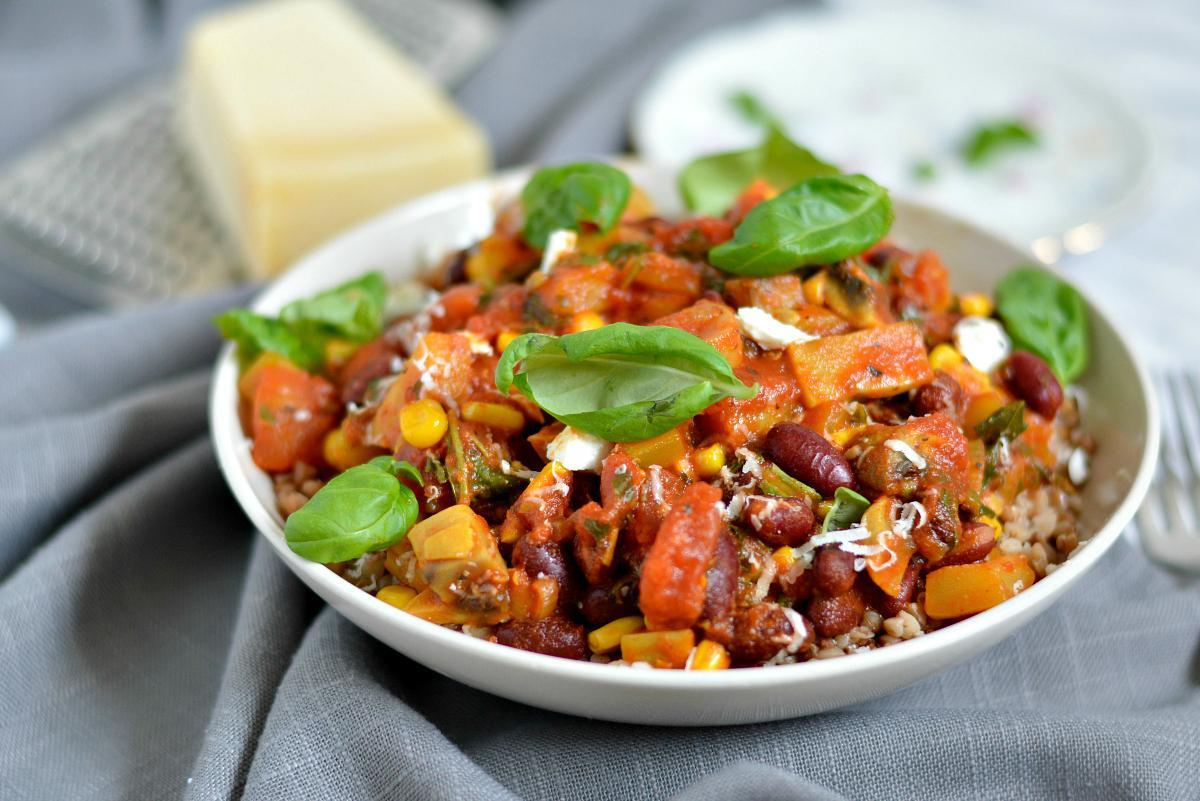 ryż z pieczarkami papryką i pomidorami