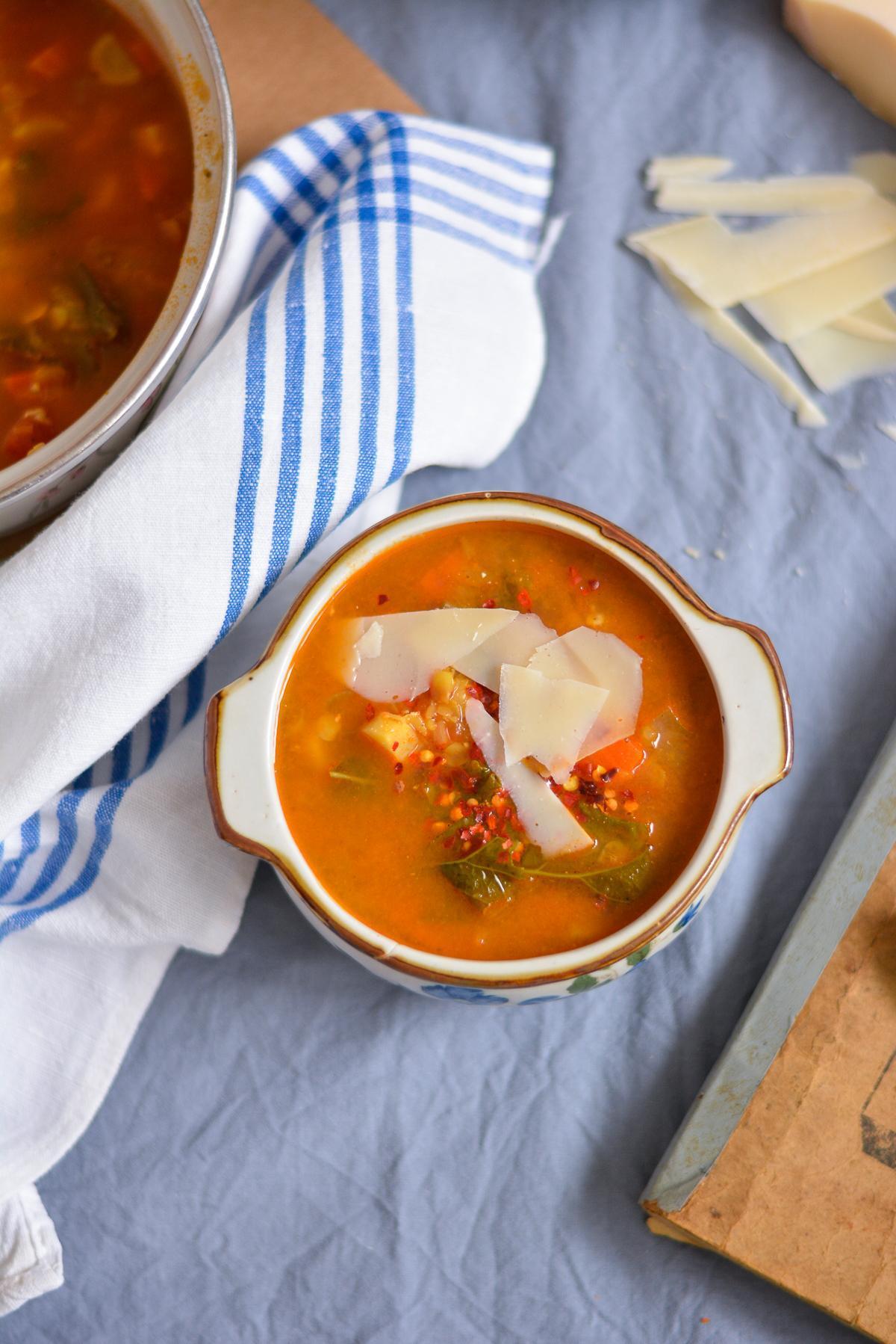 zupa z soczewicą, kurczakiem i jarmużem