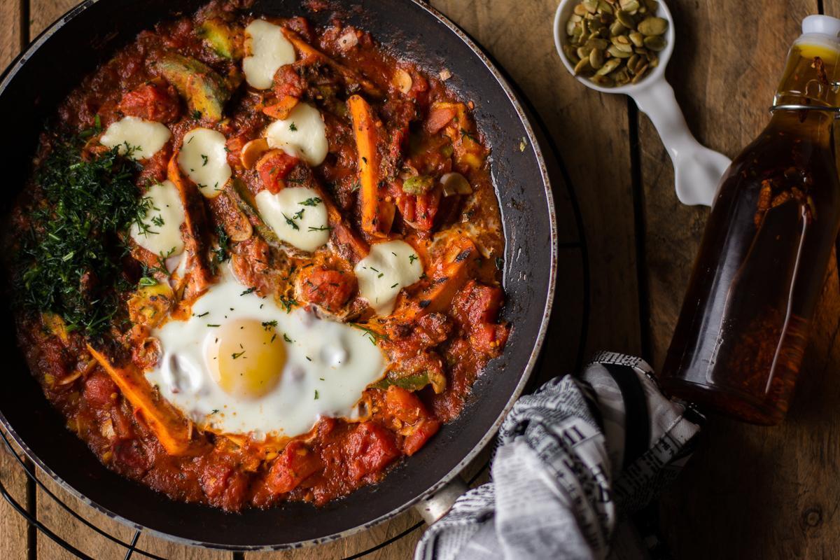 grillowane warzywa w pomidorach z jajkiem
