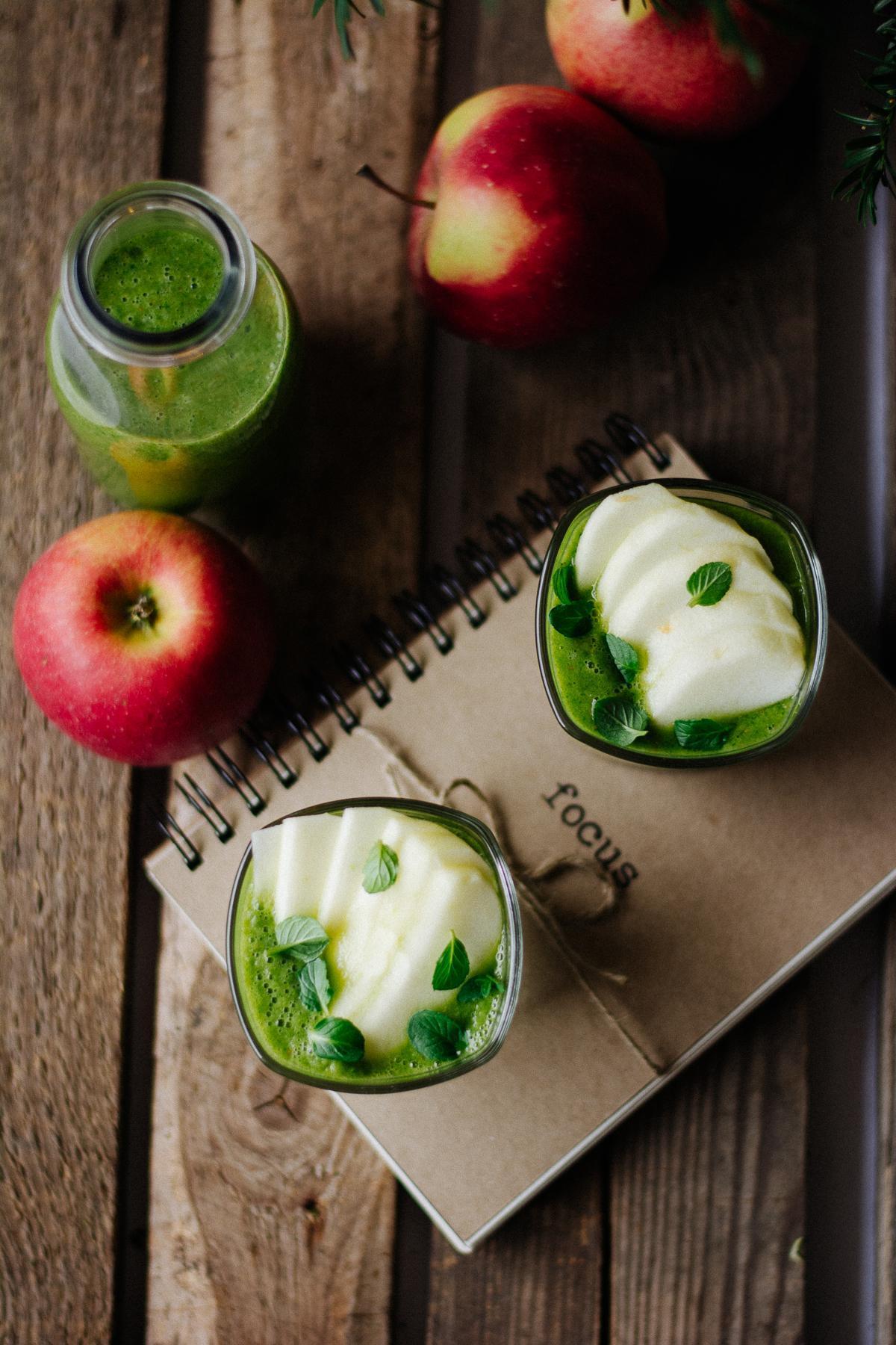 smoothie z jabłkiem, szpinakiem i sokiem z pomarańczy