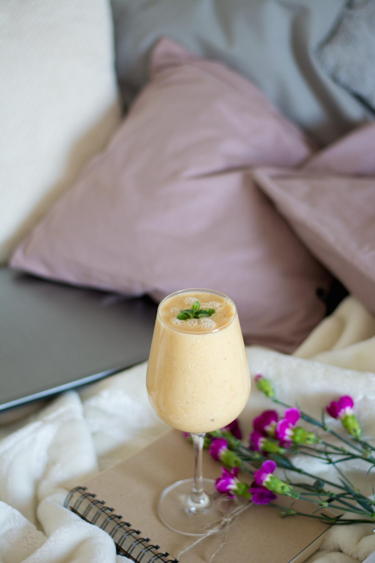 smoothie z ananasem, mango i bananem
