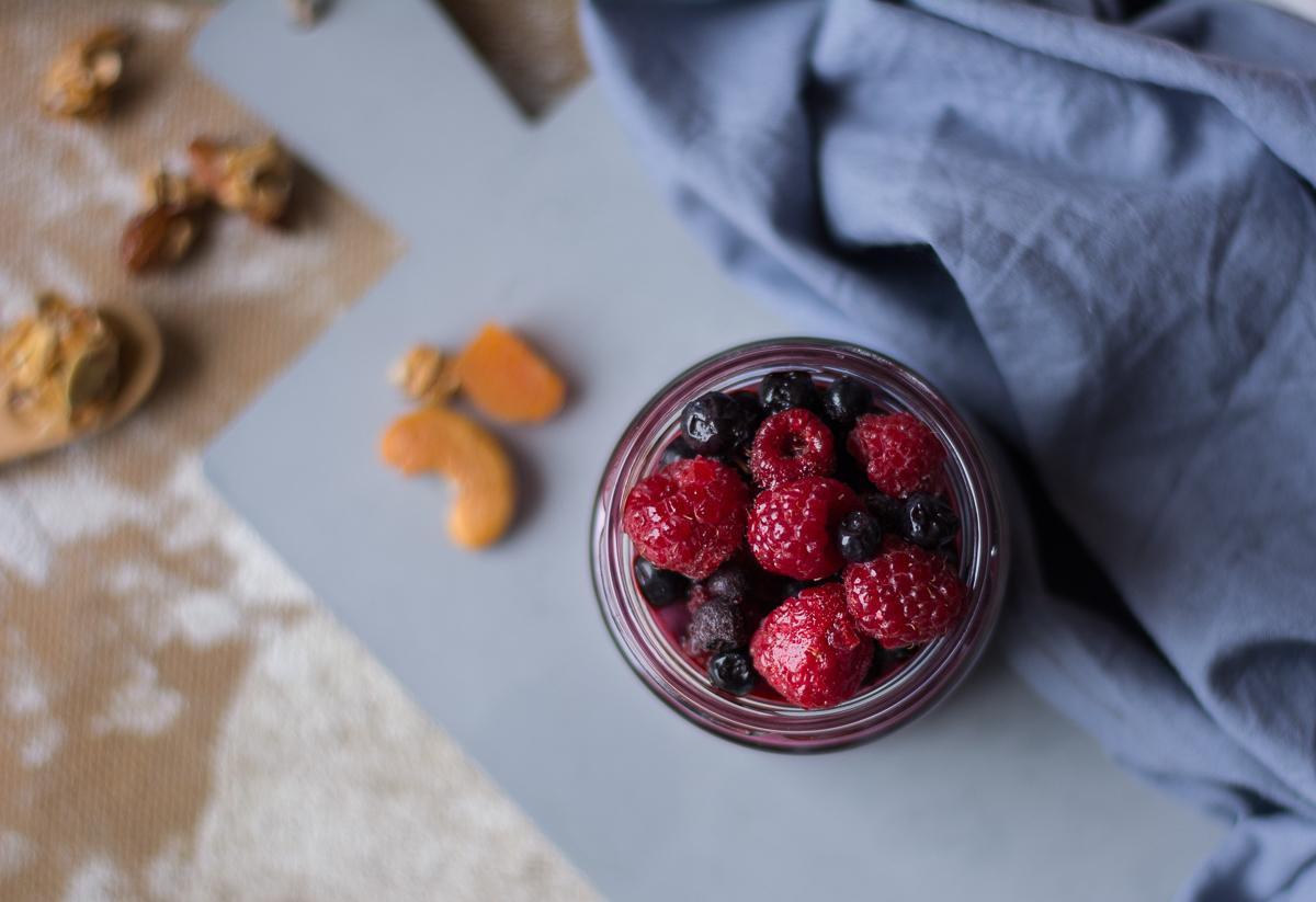 smoothie z jagodami, malinami